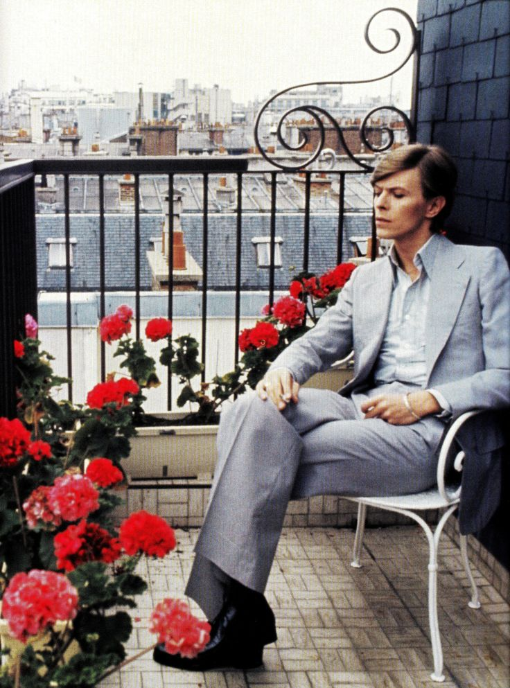 """sexeyemakeup: """" David Bowie in Paris, 1977; photographed by Christian Simonpietri """" REOCCURRING dreams……….No.5"""