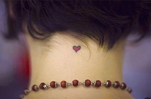 Idee per tatuaggi piccoli e femminili - Cuoricino rosso, piccolo tattoo