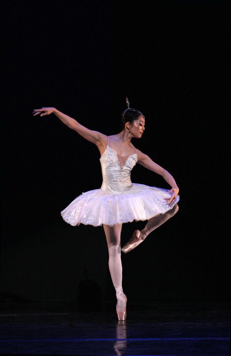 https://flic.kr/p/naHDxX | La Bayadère, The Kingdom of the Shades | Aki Saito Koninklijk Ballet Vlaanderen in La Bayadère by Cynthia Harvey (after Marius Petipa) © Hans Gerritsen