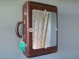 Lederen reiskoffer verbouwd tot medicijnkastje voor in de badkamer, met spiegel aan de buitenkant.