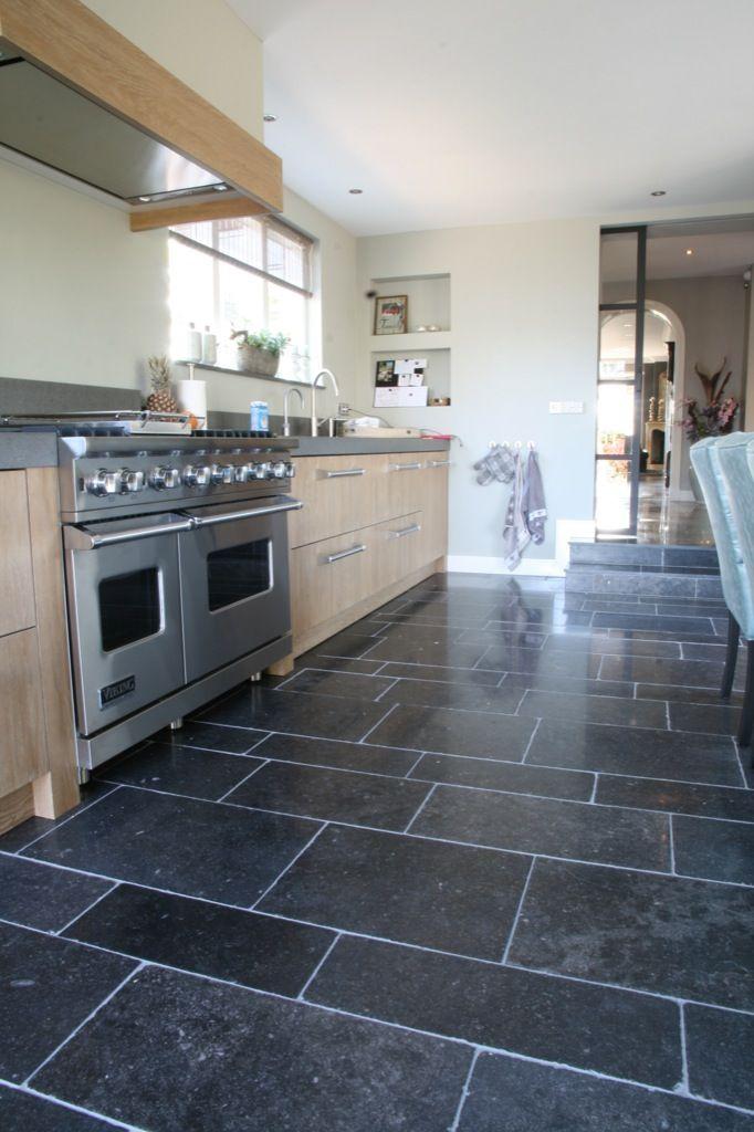 Keuken met natuursteen tegels - Belgisch hardsteen - Kersbergen natuursteen - vloeren ideeën   Kersbergen.nl