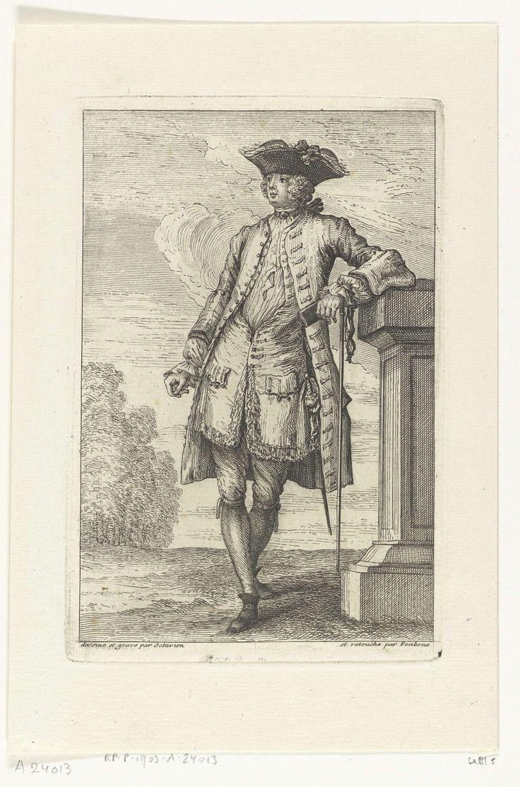 François Octavien   Fashion and Elegance: French Fashions of the 1720s, François Octavien, Quiryn Fonbonne, 1725   Edelman gekleed volgens de adellijke mode van 1725, staand op bordes, leunend tegen een balustrade, iets naar links. Zijn openhangende overjas is langer dan zijn vest. Korte steek op zijn hoofd.