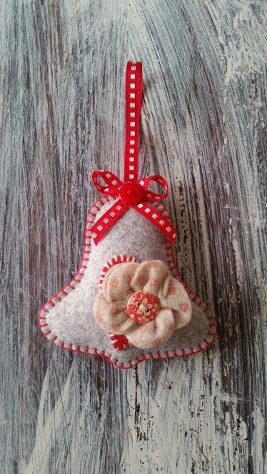 Campanella in feltro con fiore in pannolenci