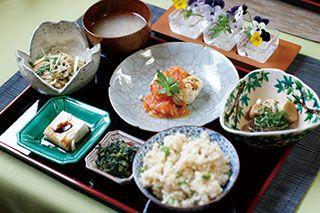 喫茶蓮華(れんげ)左奥から味噌汁、「水菜と蓮根のきんぴらサラダ」、「ヘルシーオムレツ」、「エリンギの貝柱風ソテー」、「胡麻豆腐」、漬物、ひよこ豆入り玄米ご飯