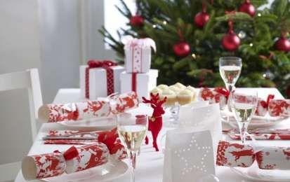 Come decorare la tavola di Natale nei toni del rosso e del bianco - Come decorare la tavola di Natale nei toni del rosso e del bianco? Ecco tante idee da cui prendere ispirazione per apparecchiare la tavola delle feste con stile ed eleganza, proprio come vuole la tradizione.