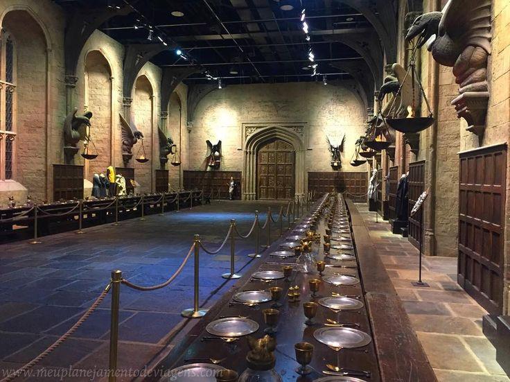 O primeiro cenário exibido no Studio Tour é o Salão Principal do Castelo de Hogwarts onde os alunos se reúnem para as refeições e outros eventos importantes. O Salão Principal foi um dos primeiros cenários a serem construídos e foi utilizado em todos os filmes exceto em Harry Potter e as Relíquias da Morte - Parte 1. @wbtourlondon #inglaterra #england #eurotrip #WBTourLondon #makingofharrypotter #harrypotter #amoviajar #missãovt #fantrip #viajarpelomundo #queroviajarmais #travelblog…