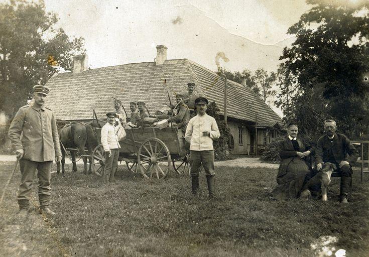 Nufotografuoti Kartenos dvare 1915–1919 m. šeimininkavę vokiečių kareiviai, už kurių stūkso mediniai rūmai. Dešinėje sėdi ūkvedys Mackevičius su žmona. Dvarą nuo XIX a. valdė grafai Pliateriai. 1900 m. Sofijai Broel-Platerytei (Zofia Broel-Plater) (1879–1926) ištekėjus už Aleksandro Ervino Vieliopolskio, dvaras jai atiteko kaip nuotakos kraitis. I-ojo pasaulinio karo pradžioje savininkams pasitraukus į Rusiją, dvarą 1915–1919 m. administravo okupacinė Oberosto valdžia.