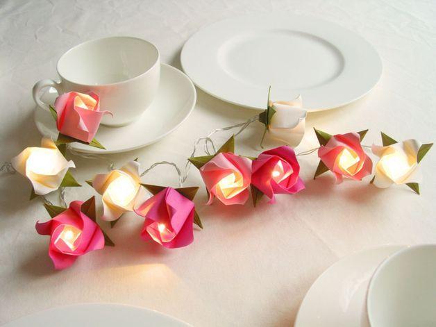 10 kleine Rosen an einer LED Lichterkette sind ein Hingucker auf jeder Tafel. Da die Lichterkette batteriebetrieben ist, kann sie ihren Platz überall bekommen, im Regal oder an Eurem...