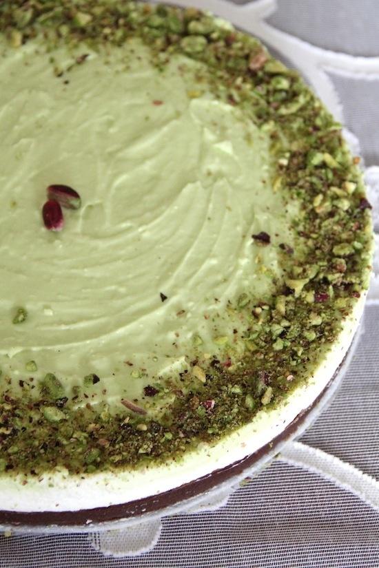 Cheesecake no bake ricotta e pistacchio - 400 g biscotti al cioccolato + 120 g burro - 650 g ricotta di pecora + 250 ml panna fresca + 70 g zucchero a velo (amalgamare ricotta e zucchero, poi montare con la panna e versare 2/3 del composto sulla base di biscotti) - 10 g colla di pesce (5 fogli paneangeli) - 2 cucchiaini di pasta di pistacchio (da mescolare a 1/3 del composto di ricotta e panna) - una manciata di pistacchi di Bronte per decorare
