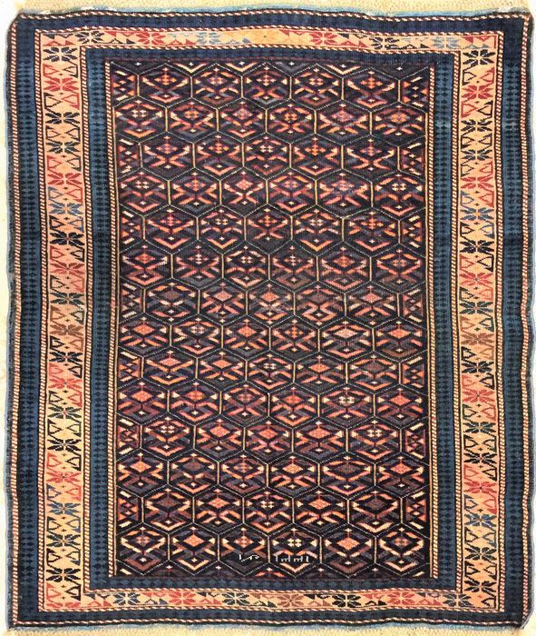Prachtig antiek tapijt - Shirvan Kuba - 127 x 95 cm  Prachtig antiek tapijt Shirvan Kuba.Herkomst: het dorp Shirvan nabij de zuidwestelijke kust van de Kaspische Zee en het district met dezelfde naam in het zuidelijke deel van Azerbeidzjan. Productiemethode: wollen schering en inslag van de antieke tapijten wol en katoen voor de tapijten die geproduceerd zijn tussen 1850 en 1930 en 100% katoen bij de moderne productie. De pool is altijd van kort geknipt wol Moderne productie heeft normaal…