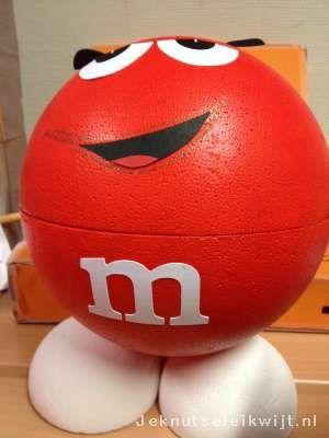 Gek van M&Ms? Op zoek naar idee voor Sinterklaas surprise?br > br > Hier een leuke surprise, namelijk een M&M van piepschuim bal.br > Verf hem in de kleur van de M&M chocolaadjes.br > br > Bedenk zelf waar je de surprise kan verstoppen.br > br > Met dank een school OBS Zuidooster en de kinderen en de ouders die de surprise gemaakt hebben.
