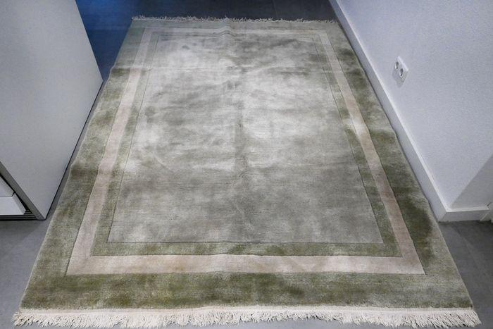 Dit bijzondere mintgroene verkeert in zeer goede conditie en heeft weinig gebruikerssporen. Het is bijzonder dik en zacht tapijt gemaakt van de zachtste wol. Kwalitatief een hoogwaardig tapijt.  Het tapijt laat zich lastig fotograferen, maar ik kan u verzekeren dat het tapijt geen vlekken heeft. Formaat ca. 230 x 173 cm. Bekijk de foto's en laat u overtuigen.    Het kleed wordt aangetekend en verzekerd verzonden met track en trace.