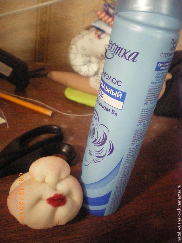 В предыдущих частях мастер-класса я описала, как сделать туловище и голову. Но не рассказала, как сделать утяжку лица. В этой части своего мастер-класса я опишу, как утягивать лицо у Деда Мороза и Снегурочки. Нам понадобится: - Капроновые колготки- Синтепон- Нитки телесного цвета- Игла для ручной работы 6-7 см- Ножницы- Глаза для игрушек- Румяна- Карандаш для губ- Бесцветный лак для ногтей- Лак…