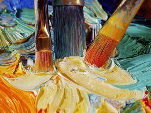У нас еще крепко держится мнение, будто масляная живопись — самая простая и легкая, что в ней безнаказанно можно сделать любые поправки. Мнение это крайне ошибочно. Картины и выглядят плохо и преждевременно гибнут чаще от неумелого выполнения, чем от плохого материала. Как же надо браться за масляную живопись, как исполнять масляную картину? На приготовленном для картины холсте, доске или бумаге…