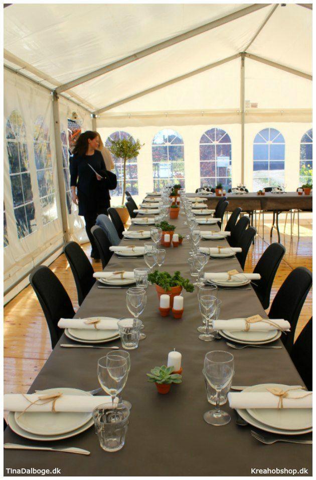 ide til fest borddækning med gråbrun dug og urtepotter i terracotta #fest #fester #borddækning #konfirmation #italien #dug #servietter #bordpynt #bordkort