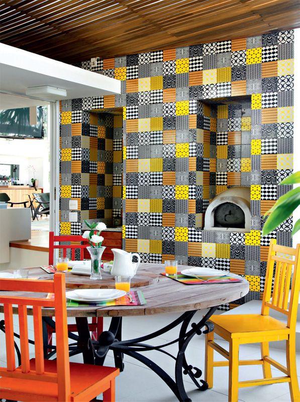 Área gourmet com muita cor e azulejos decorados