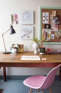 Cores pasteis nos detalhes (cadeira, moldura do quadro de avisos) + madeira