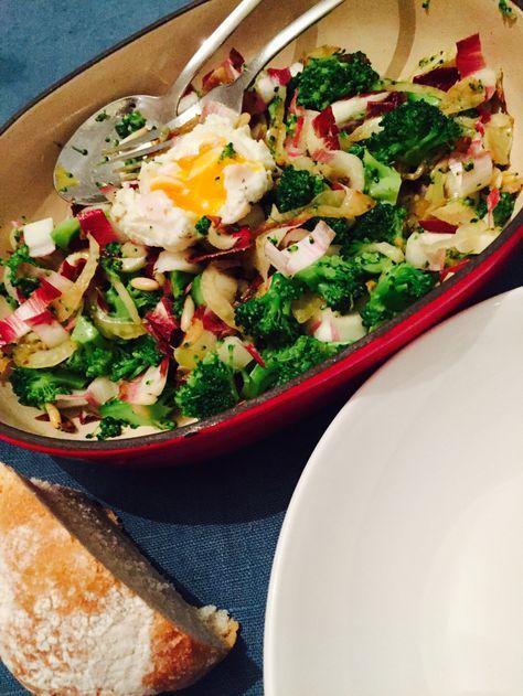Warmer Salat mit Broccoli, Fenchel, rotem Chicorée und pochiertem Ei von Randen und Marillen #gemüseexpedition