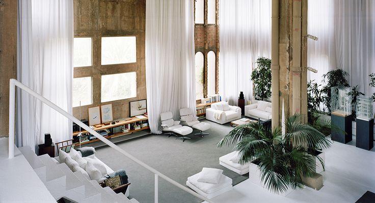 Seorang arsitek asal Spanyol menyulap pabrik semen tua yang terbengkalai sejak berakhirnya perang dunia kedua menjadi kantor yang elegan.  #kantor #architecture #desaininterior