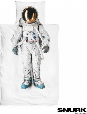 Pościel z nadrukiem - Astronauta - Czekają na Ciebie sny nie z tej ziemi! Strój astronauty zabierze Cię wprost na odległą stację kosmiczną. Wystarczy, że położysz się w tej wyjątkowej pościeli, zamkniesz oczy i pozwolisz grawitacji przestać działać.