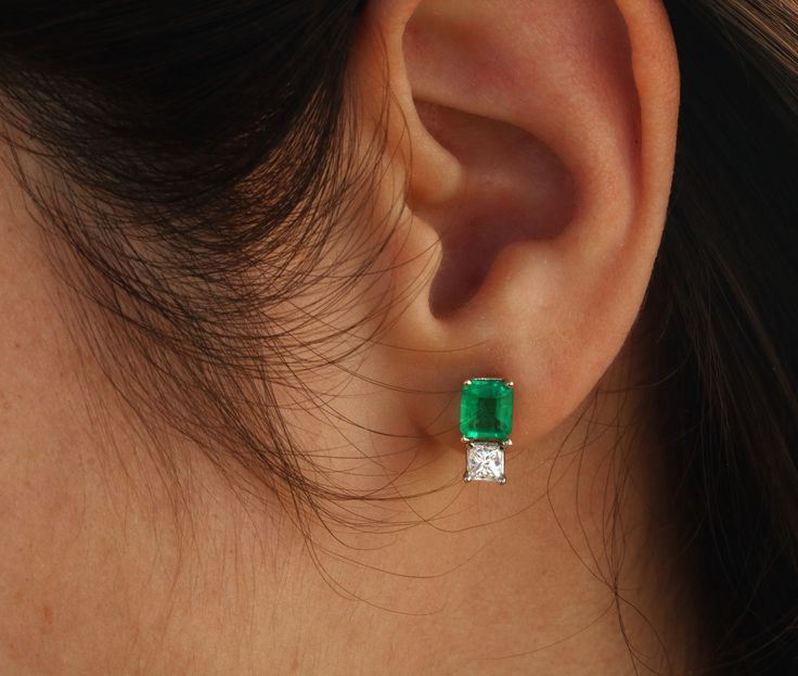 Simply elegant. White diamond and vivid green Colombian emerald earrings ⚪️ emeraldcutemerald #emeraldpair #emeraldpairs #pairemeralds #colombianemerald #colombianemeralds #naturalemeralds #naturalemerald #emeraldgem #emeraldgemstone #emeraldgems #emeraldlot #chivoremerald