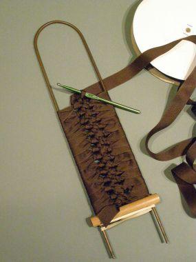 das machte ich bisher nur mit garn - tolle idee für ein armband - spitze drunter und perlen obendrauf.