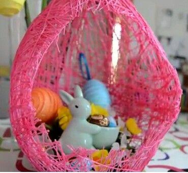 Uovo fatto con il palloncino, arrotolando il filo in un palloncino (gonfio )  e poi inzuppare il filo con la vinavil, facendo due passate.  Infine dopo che tutto si sia asciugato , bucare il palloncino ed ecco il risultato. Poi dentro potete decorare a vostro piacere