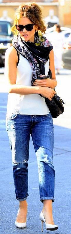 Kate Beckinsale: Sunglasses – Oliver Goldsmith  Purse – Givenchy  Jeans – Citizens of Humanity  Shoes – Brian Atwood