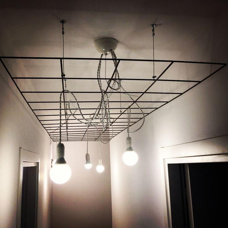 Lampadario a soffitto con materiali di riciclo