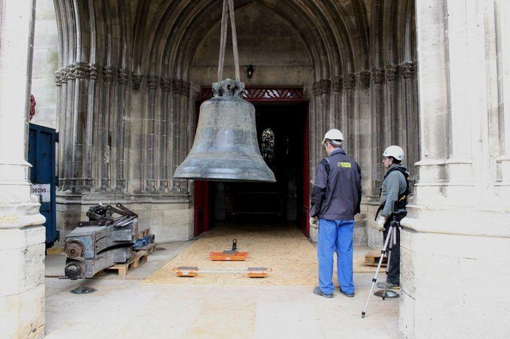 #Libourne, 23/04/2015, les six cloches de l'église Saint-Jean ont été descendues par #Bodet Campaniste afin de restaurer le beffroi métallique rongé par la rouille. Il s'agit du plus gros chantier de l'entreprise campanaire Bodet depuis ses débuts en 1866.  Crédit Photo : © LINDA DOUIFI Journal Sud Ouest http://www.sudouest.fr/2015/04/23/libourne-la-descente-des-cloches-de-l-eglise-saint-jean-en-images-1901555-2780.php