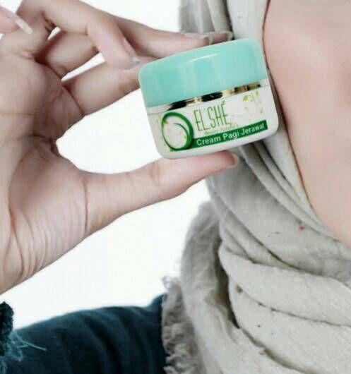 Kulit berminyak bisa menyebabkan kulit menjadi cepat kotor sehingga kulit berminyak menjadi penyebab jerawat di kulit wajah. Yuk, atasi dengan ElshéSkin Cream Pagi Jerawat, kandungan bahan aktifnya mampu mengurangi minyak berlebih di wajah, ladies.  ElshéSkin Cream Pagi Jerawat: Rp. 80.000,-