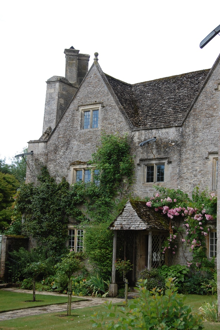 Kelmscott Manor (1570), West Oxfordshire. William Morris chose it as his summer home, signing a joint lease with pre-Raphaelite painter Dante Gabriel Rossetti in 1871.