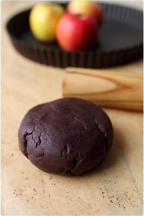 Je n'avais plus d'oeuf mais j'avais très envie d'une tarte avec une pâte sablée au cacao. Je suis partie de ma recette de pâte sablée aux noisettes. En mod