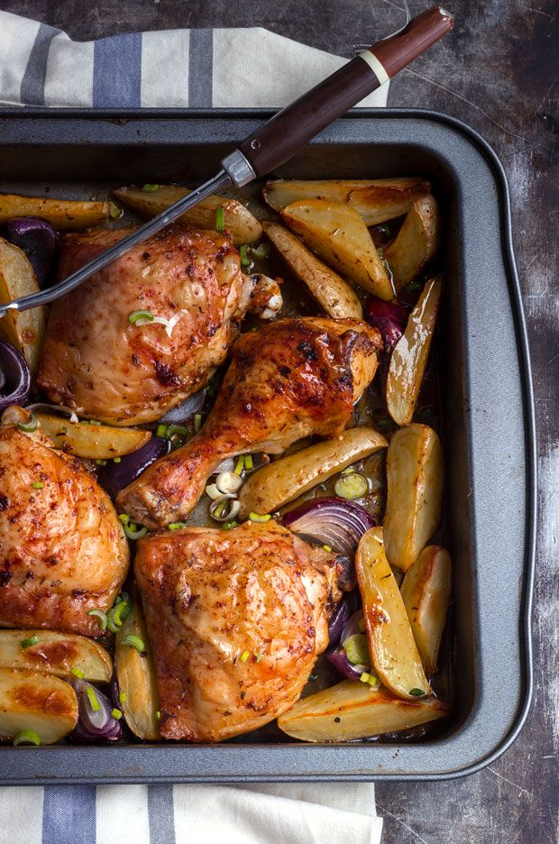 3 chicken legs (3 tighs + 3 drumsticks) 4 large potatoes, cut in quarters or halves 2 small red onions, cut in quarters 5 cloves garlic, crushed 2 tablespoons Cajun spice mix (get the recipe here) Salt and fresh ground black pepper 1 chicken bouillon cube, crumbled 3-4 Tbsp olive oil 1 scallion