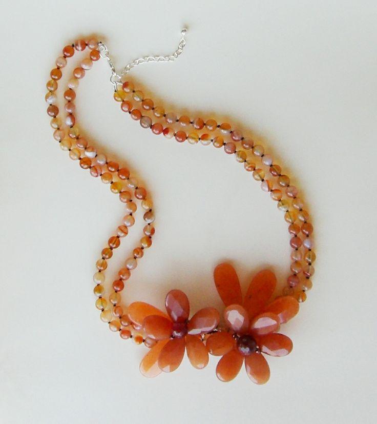 Collar de carneola, de Mil Onzas Joyas. #joyas #flores #moda #gemas #milonzas