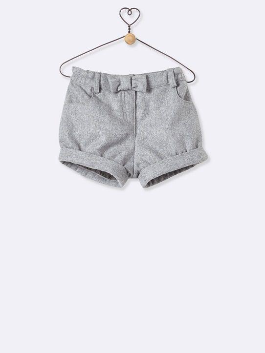 Le style gavroche a toujours le vent en poupe ! Démonstration de style avec ce short en flanelle, à porter sur des collants… il est trop craquant.