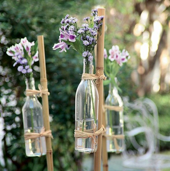 Garrafas, flores, bambus e ráfia: com esses quatro elementos, o jardim ganha cara de festa no ato. Você pode fazer um caminho com os arranjos ou espetar as varas aleatoriamente pela terra