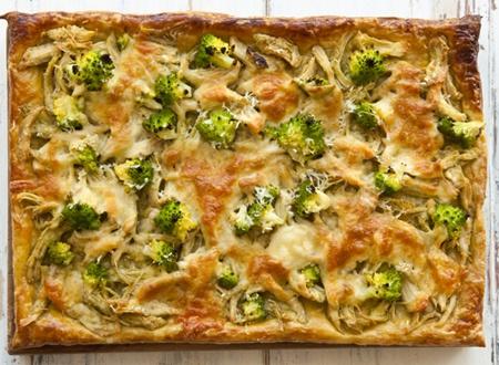 Torta de massa folhada com Brócolis e Pesto  ½ xícara (chá) de molho pesto    Sal e pimenta do reino a gosto    1 caixa de massa folhada, laminada (AROSA)    1 unidade de gema de ovo    2 xícaras (chá) de brócolis ninja ou comum, pré cozido    ½ xícara (chá) de queijo mussarela ralado     ½ xícara (chá) de queijo parmesão ralado