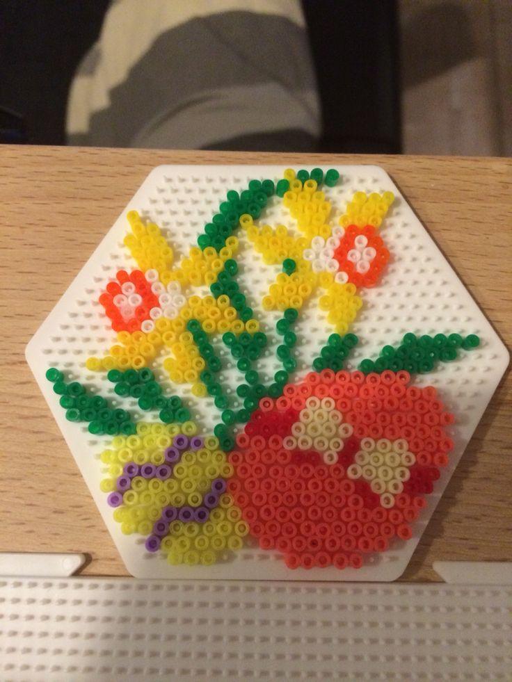 Påskeliljer og æg på 6 kantet plade