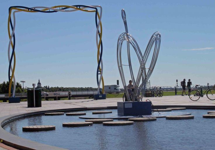 Victoriatorget är placerad mitt på nationsgränsen mellan Sverige och Finland och döpt efter kronprinsessan Victoria.