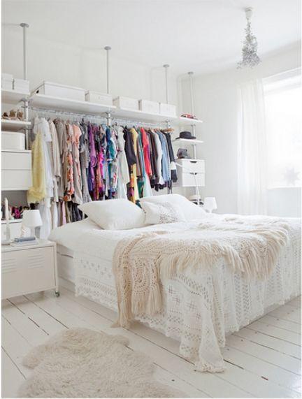CABECEIRA DA MODA | esta é a inspiração ideal para quem tem roupa de sobra, falta de espaço e ainda assim quer 'acomodar' a cama. Use a sua arara de roupas como cabeceira e leve um look bem despojado para a decoração do seu quarto. #ficaadica #cabeceiracriativa #TecnisaDecor #Tecnisa Foto: DumpaDay
