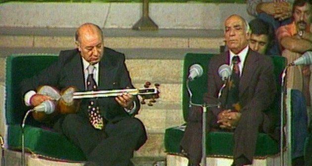 او از همان سال ۱۳۱۹ همکاری با رادیو را آغاز کرد و از ۱۳۲۸ به همکاری با رادیو اصفهان پرداخت. تاج ضمن خوانندگی، سرپرست نوازنندگان رادیو اصفهان گردید. وی در رادیو اصفهان به اجرای برنامههایی با تار اکبرخان نوروزی و برنامه آموزش گوشههای دستگاههای موسیقی ایرانی پرداخت