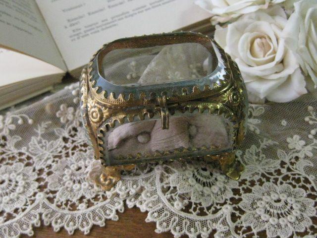 [ Antique French Jewelry Box 19th ]   パリの蚤の市で出会ったアンティークのガラス製ジュエリーケースです。19世紀後期のお品物で厚手の面取りガラスに真鍮製の細やかなデザインが施された存在感のある素敵なジュエリーケースです。中敷の淡いピンクのクッションは、経年による生地の傷みがあり、中のクッション材が一部見えていますが、当時の生地がそのまま残っています。ガラス面は経年による細かなキズ、汚れ等多少ありますが、コンディションは良いです。