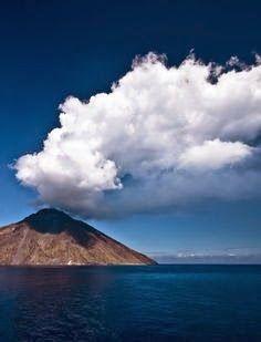 Stromboli volcan (Aeolian islands)http://viaggi-dei-desideri.blogspot.it/2014/04/le-isole-set-di-un-amore-tumultuoso.html