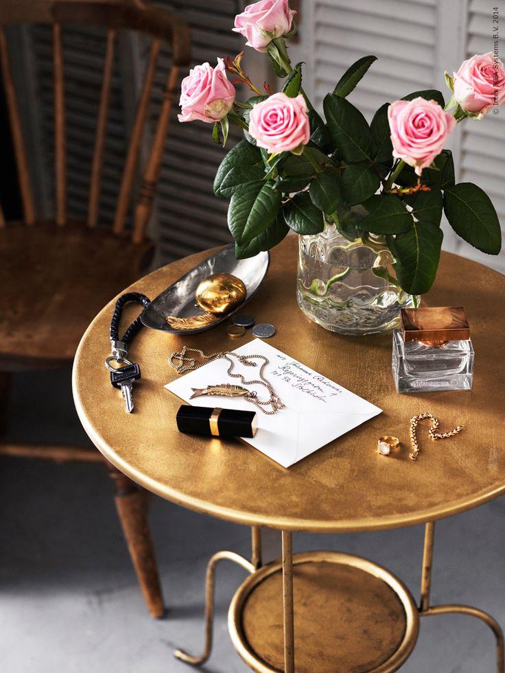 Ett från början vitt sidobord, LINDVED, med sina sirliga former är ett utmärkt bord att måla om med hobbyfärg i mässingston.