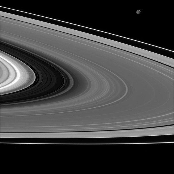 Мимас и кольца Сатурна от Кассини. Снимлометров/пиксель. / Astro Analytics