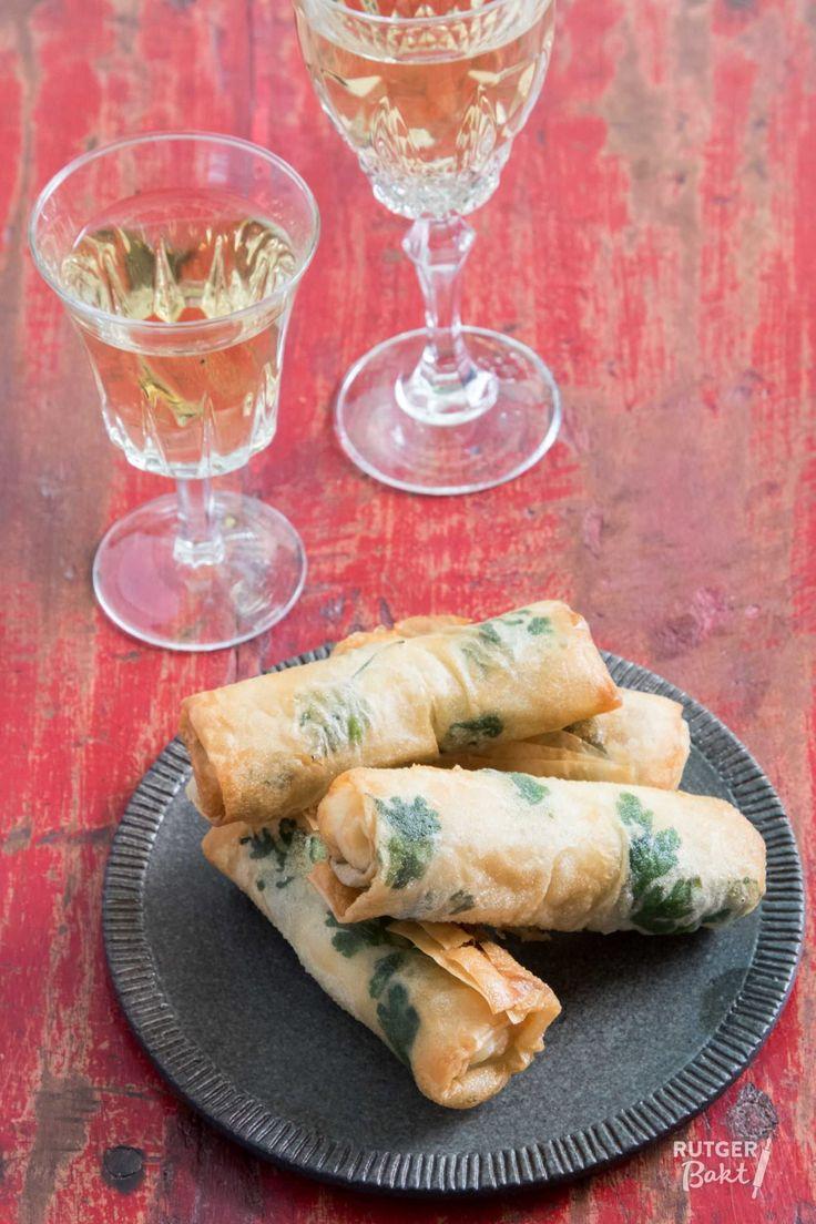 Dit recept voor rolletjes van filodeeg met halloumi, feta en peterselie komt uit het heerlijke boek Souq van Nadia Zerouali en Merijn Tol.