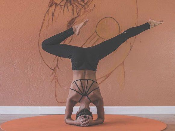 Yoga significa controlar, unir. É um termo de origem sânscrita, uma língua presente na Índia, em especial na religião hinduísta. Yoga é um conceito, uma filosofia, que trabalha corpo, mente e espírito, através de disciplinas tradicionais de quem a pratica.  Leia mais no site!