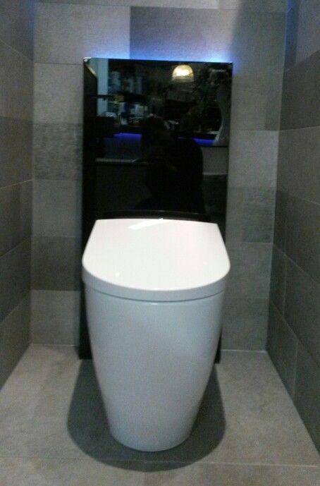(Welbie Sanitair) De TOP in toiletgebruik ! De nieuwe staande douchewc Sela van Geberit. Met het Monolith Plus reservoir incl. oriëntatielicht dat aan gaat als u dichtbij komt, en geurafzuiging. Luxe EN comfort ! Meer  op www.welbie.nl
