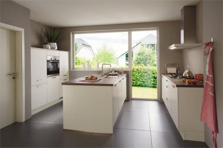 Mooie witte strakke keuken met verschillende onderdelen